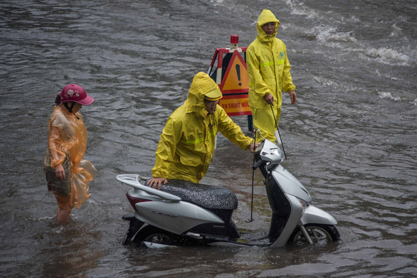 A motorbike breaks down on a flooded street in Hanoi. Photo: Thanh Tung / Tuoi Tre