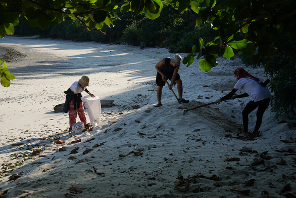 Volunteers dig sand holes to protect sea turtles from natural enemies and disasters on Con Dao Island. Hoang Huy / Tuoi Tre