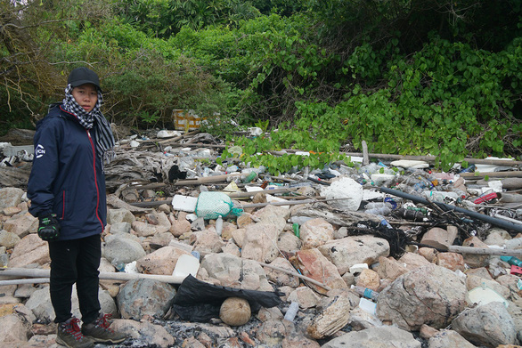 Volunteers clean up plastic waste along the seashore and rock reef on Con Dao Island. Hoang Huy / Tuoi Tre