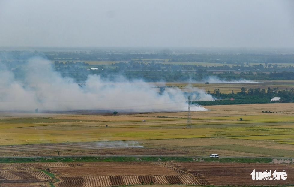 <em>Smoke from grass- and straw-burning is seen from atop Sam Mountain. Photo: </em>Tuoi Tre