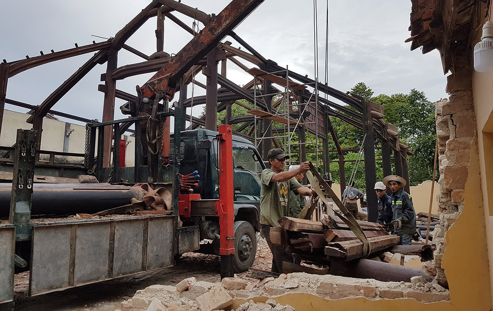 Workers take apart the Quoc An Temple in Hue, Vietnam on July 31, 2019. Photo: Thai Loc / Tuoi Tre