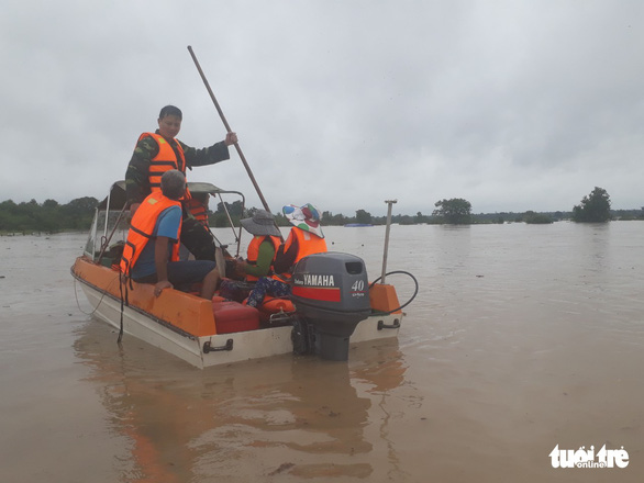 Competent authorities use a boat to assist residents in affected areas. Photo: Ngoc Lan / Tuoi Tre