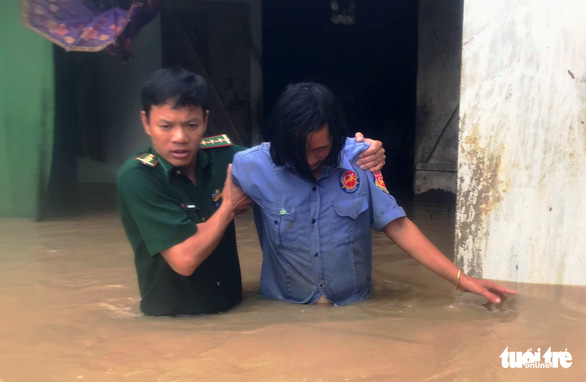 A man is evacuated from his flooded house. Photo: Ngoc Lan / Tuoi Tre