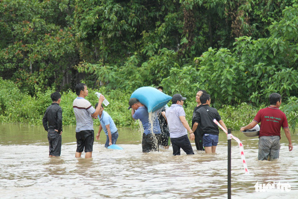 Local residents evacuate to safer areas. Photo: Tr.Tan / Tuoi Tre