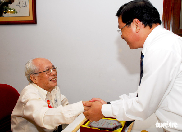 Duong Quang Thien (L) shakes hands with former Tuoi Tre Editor-in-Chief Le Hoang in 2008. Photo: H.T.Van / Tuoi Tre