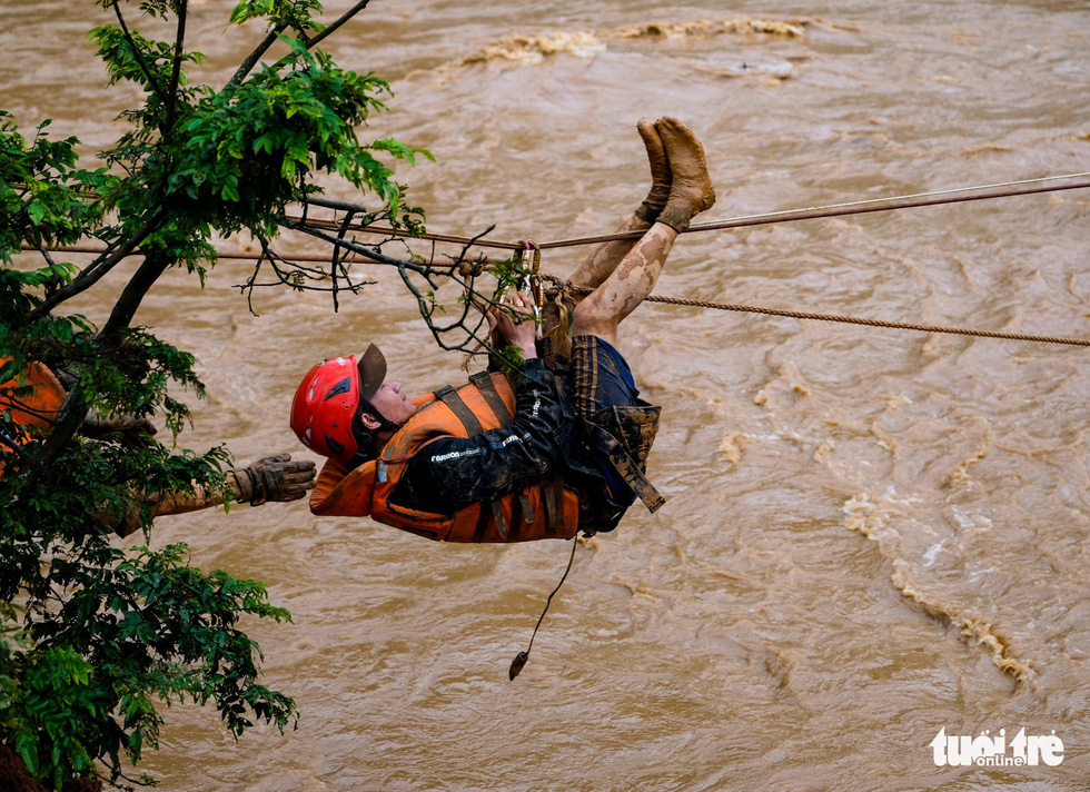 Rescuers use a zip line to bring residents to safety. Photo: M.Vinh / Tuoi Tre