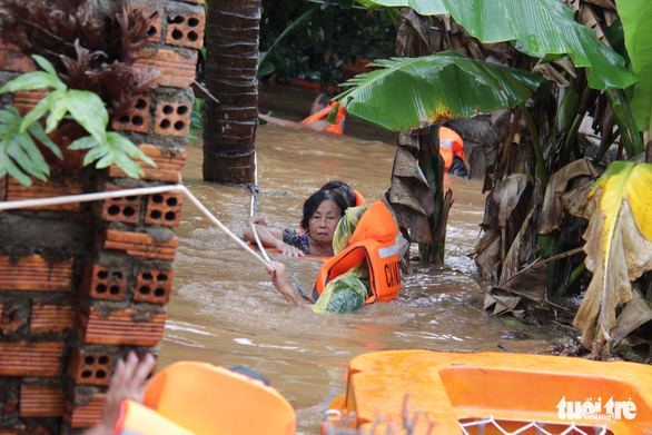 Residents are evacuated in Dak Lak Province on August 8, 2019. Photo: Dinh Nga / Tuoi Tre