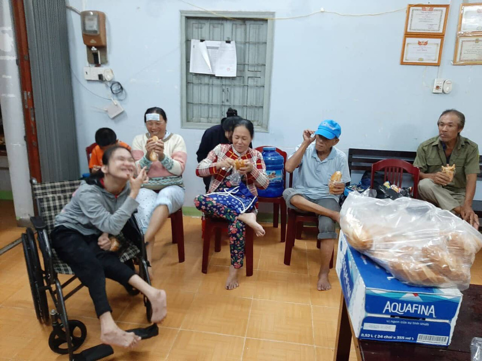 Affected residents are offered free food at a temporary shelter. Photo: Phi Thuy / Tuoi Tre