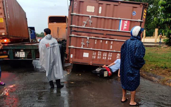 Loose shipping containers pose danger to road commuters in Vietnam