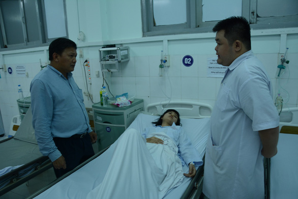 A local official visits the victims at the hospital. Photo: Rang Dong / Tuoi Tre