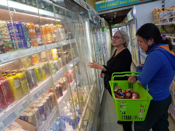 Customers shop for soft drinks imported from the U.S. at a supermarket in District 1, Ho Chi Minh City. Photo: Ngoc Hien / Tuoi Tre
