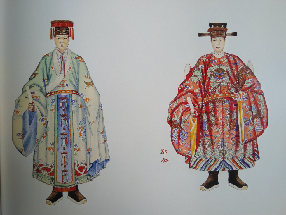 Royal costumes of a commandery duke for a courtesy meeting (right) and for a worship ceremony