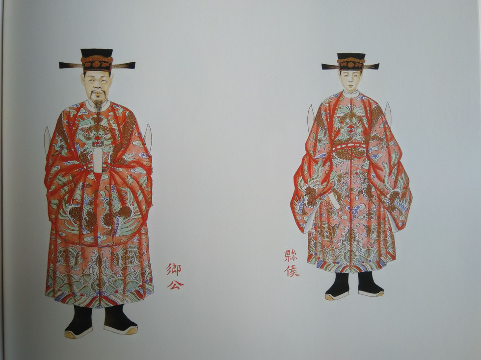 Royal costumes of a district marquis (right) and a township duke for a courtesy meeting
