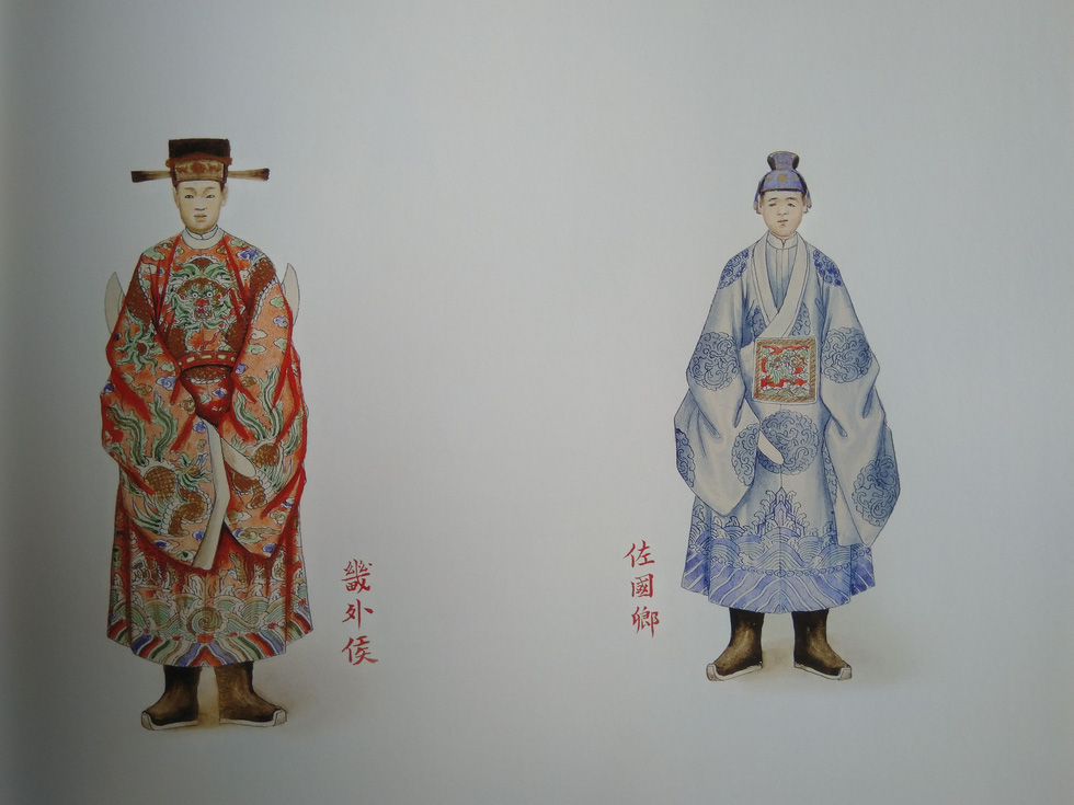 Royal costumes of an internal marquis (right) and an external marquis
