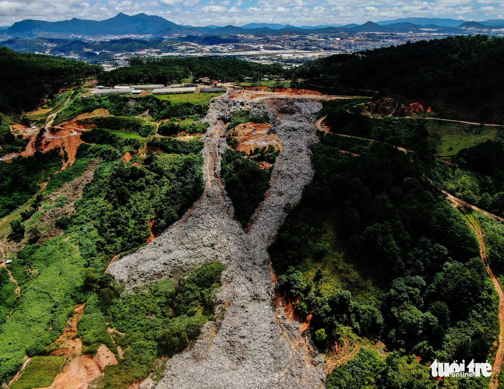 Farms in Da Lat remain buried in trash one week after 'trash slide'