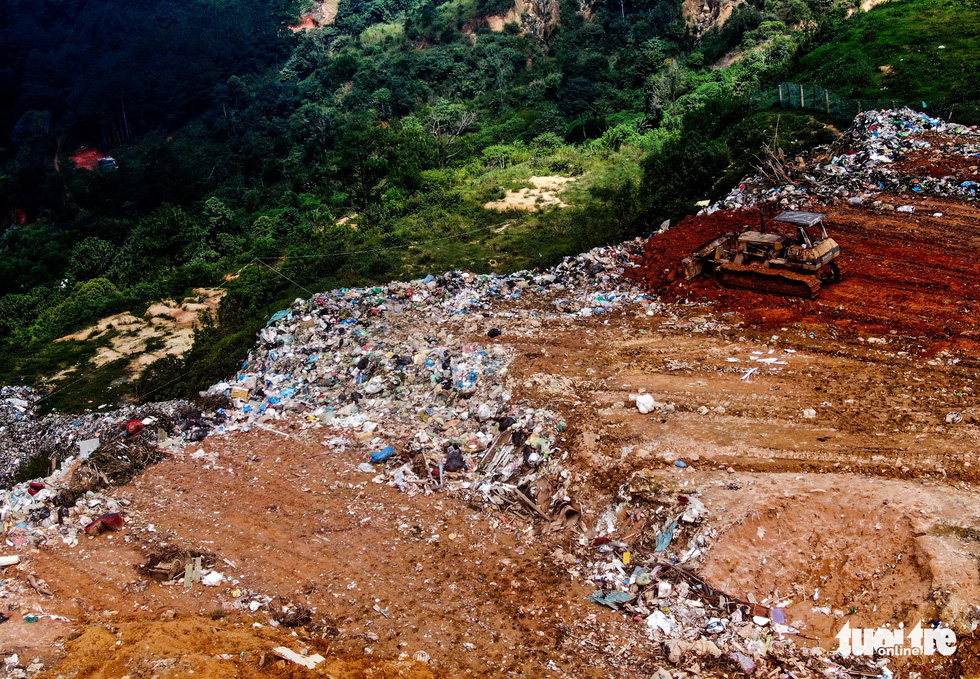 Garbage is buried at the Cam Ly landfill. Photo: Tuoi Tre