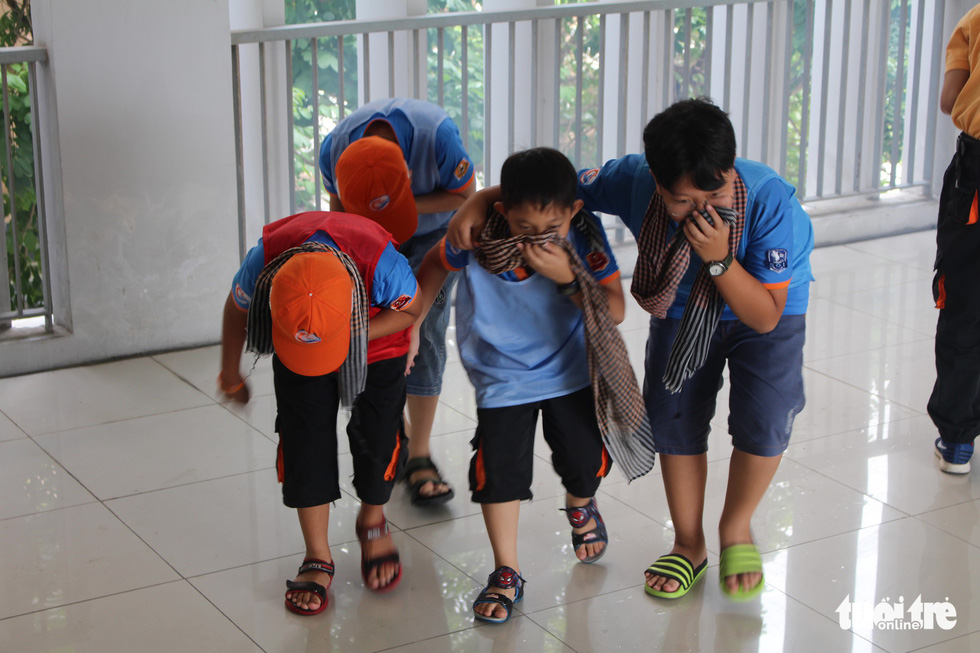 Children practice rescuing victims during a firefighting training. Photo: Le Van Quang / Tuoi Tre