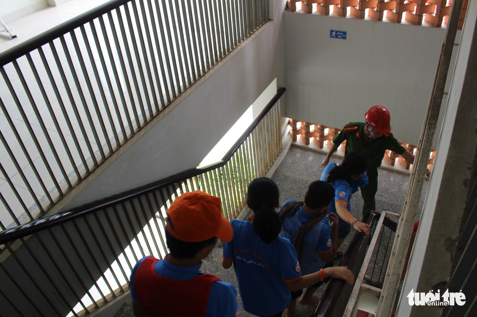 Children exit from a building by stairs during a firefighting practice. Photo: Le Van Quang / Tuoi Tre