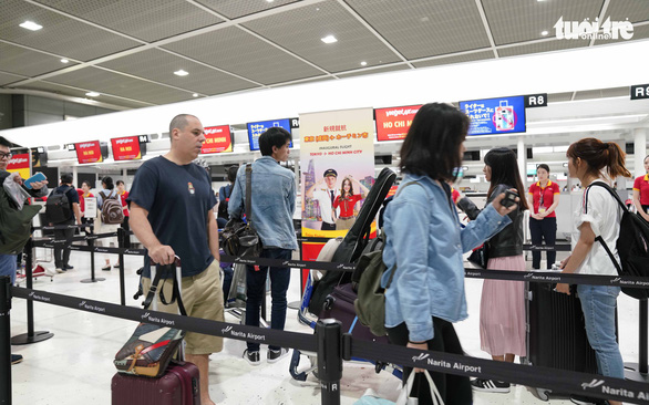 Passengers queue at Vietjet Air check-in counters at the Narita International Airport in Chiba Prefecture, Japan. Photo: T.Tung / Tuoi Tre