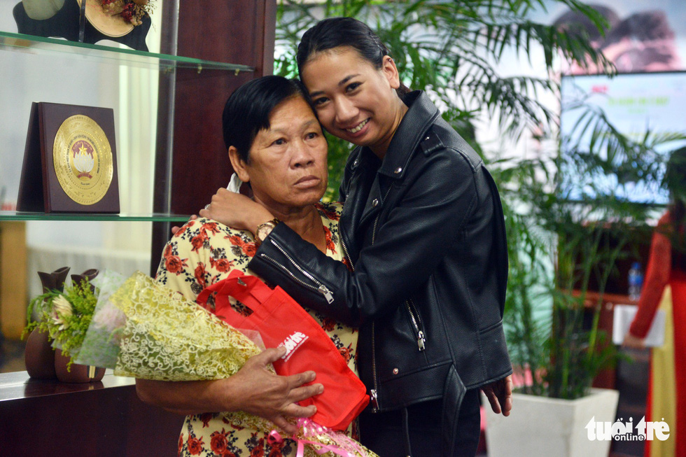 French-Vietnamese adoptee Amandine Durand (R) embraces her biological mother Do Thi Chiem at an event in Ho Chi Minh City on November 5, 2018. Photo: Tuoi Tre