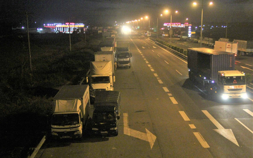 Trucks and trailer tractors are illegally parked along the expressway on August 16, 2019. Photo: Mau Truong / Tuoi Tre