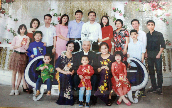 A family photo of Nguyen Duc Loc with his wives, children and grandchildren. Photo: Thien Dieu / Tuoi Tre