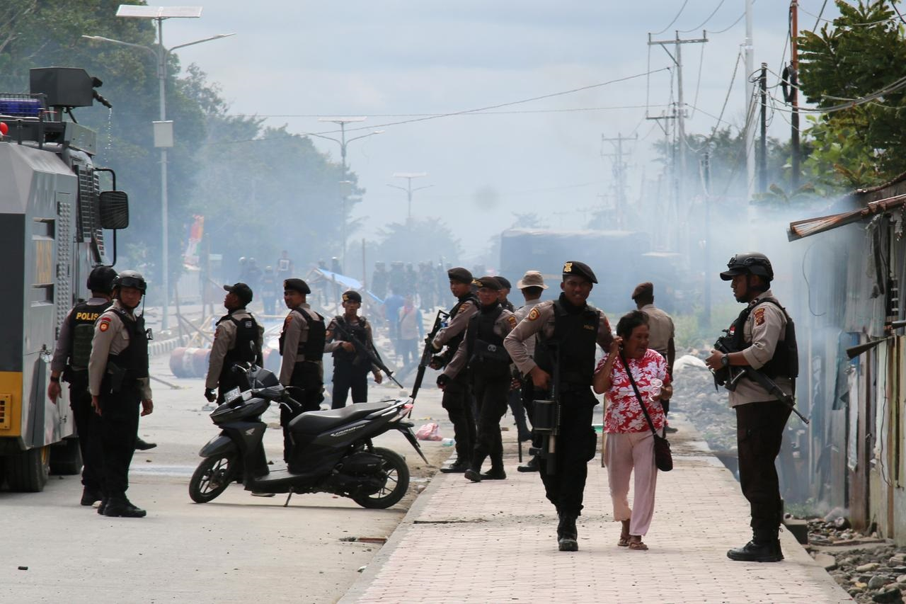 Indonesia arrests 34, blocks internet in Papua to help curb violent protests