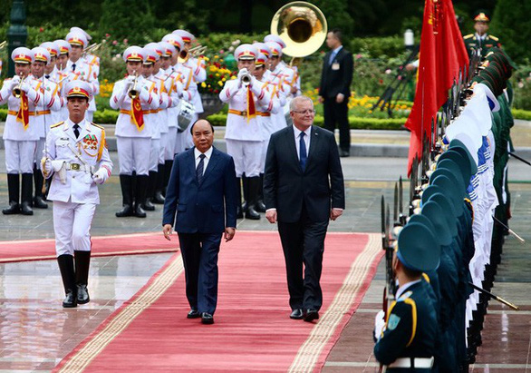 The two premiers review the guards of honor in Hanoi on August 23, 2019. Photo: Nguyen Khanh / Tuoi Tre