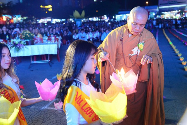 Venerable Thich Tuc Khang lights a lantern at a Buddhist festival in Hai Phong, northern Vietnam, on August 10, 2019. Photo: Thanh Trung / Tuoi Tre