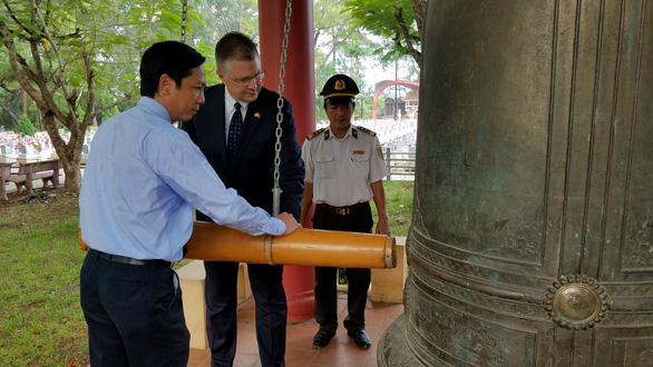 U.S. Ambassador to Vietnam Daniel Kritenbrink and Quang Tri Province deputy chairman Hoang Nam perform a bell-tolling ritual during the former's visit to the Truong Son National Martyrs' Cemetery in Quang Tri Province, Vietnam on August 27, 2019. Photo: Quoc Nam / Tuoi Tre