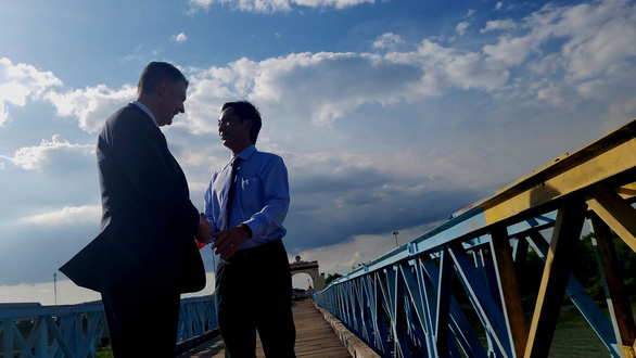 U.S. Ambassador to Vietnam Daniel Kritenbrink and Quang Tri Province deputy chairman Hoang Nam shake hands over the 17th Parallel demarcation line on the Hien Luong Bridge in Quang Tri Province, Vietnam on August 27, 2019. Photo: Quoc Nam / Tuoi Tre