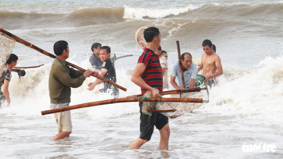 People use specialized tools to collect shellfish after storm at Cua Lo Beach in north-central province of Nghe An, August 30, 2019. Photo: Doan Hoa / Tuoi Tre