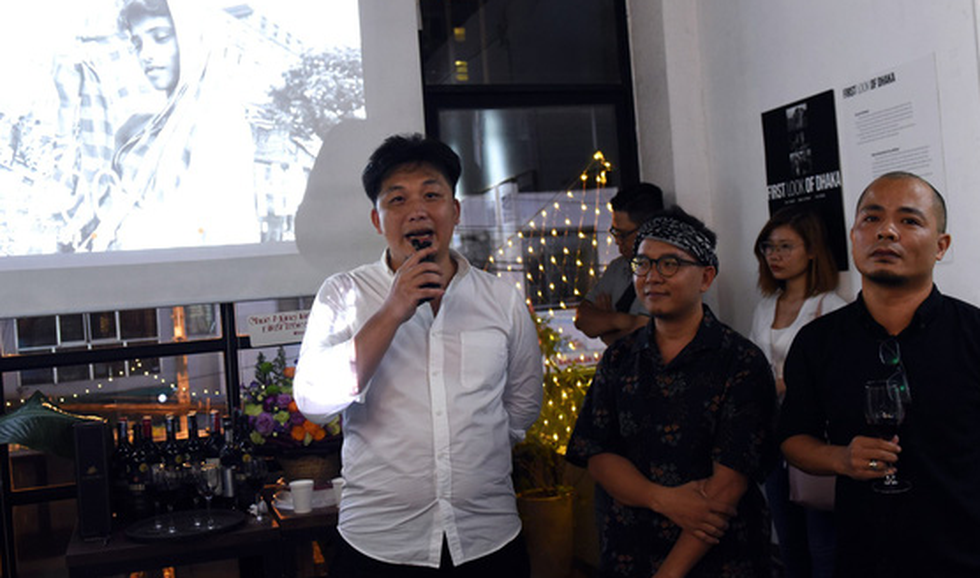 Photographer Bow Letrinh speaks at the opening ceremony of the First look of Dhaka exhibition in District 3, Ho Chi Minh City, on August 30, 2019. Photo: Duyen Phan / Tuoi Tre
