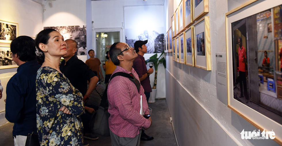 Visitors watch photos displayed at the First look of Dhaka exhibition in District 3, Ho Chi Minh City, on August 30, 2019. Photo: Duyen Phan / Tuoi Tre