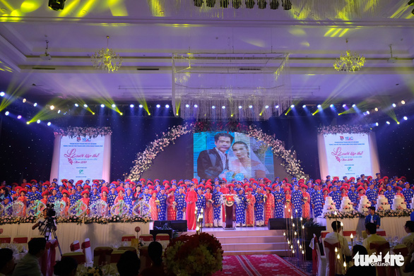 100 couples pose for a photo at a mass wedding in Ho Chi Minh City on September 2, 2019. Photo: Vu Thuy / Tuoi Tre