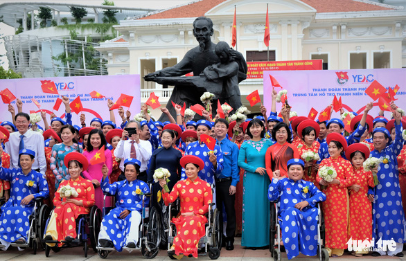 100 couples tie the knot in mass wedding on Vietnam's National Day