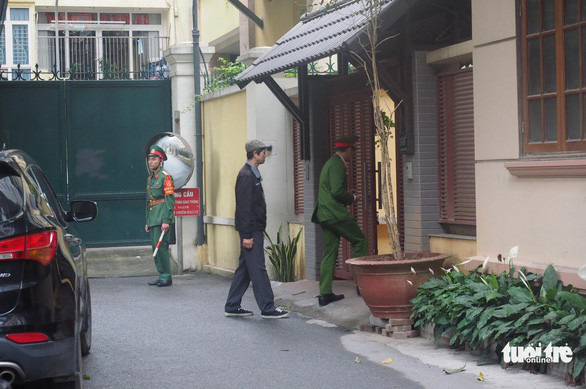 Officers search Nguyen Bac Son's house in Hanoi. Photo: Tuoi Tre