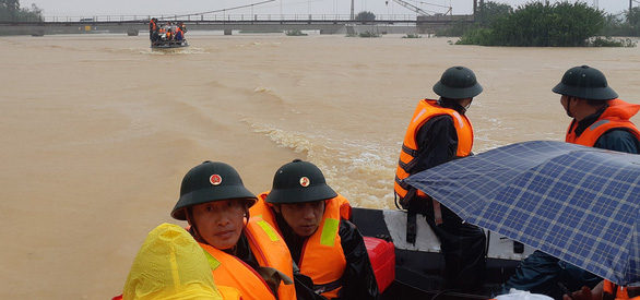 Competent authorities mobilize boats to assist flood-stricken residents in Ha Tinh. Photo: Van Dinh / Tuoi Tre