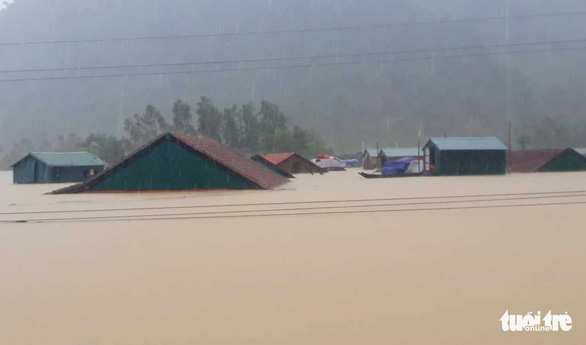 Rainwater reaches the roofs of many houses in Tan Hoa. Photo: Chi Tuan / Tuoi Tre