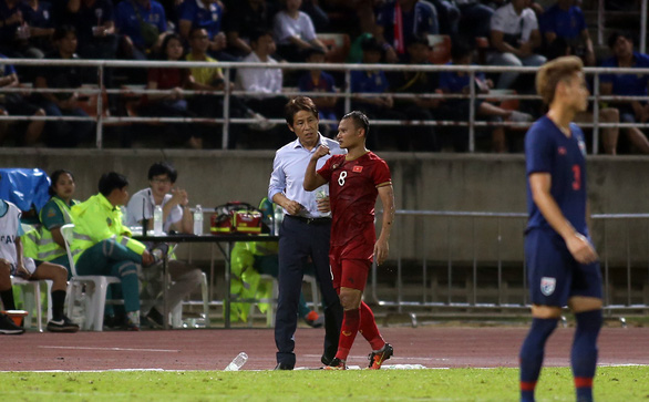 Thai's head coach Akira Nishino talks to Vietnamese defender Bui Tien Dung after an injury in their group opener of the Asian second qualifying round for the 2022 FIFA World Cup in Bangkok, September 5, 2019. Photo: N. K. / Tuoi Tre