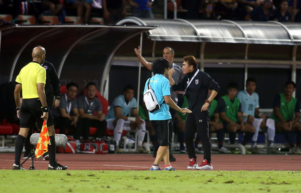 Vietnam's doctor Choi Joo Young quarrels with a Thai official during their group opener of the Asian second qualifying round for the 2022 FIFA World Cup in Bangkok, September 5, 2019. Photo: N. K. / Tuoi Tre
