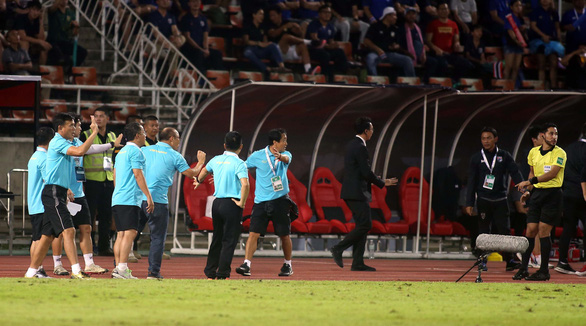 Vietnam's coaching team (blue) comes close the Thai bench during a row in a group opener of the Asian second qualifying round for the 2022 FIFA World Cup in Bangkok, September 5, 2019. Photo: N. K. / Tuoi Tre