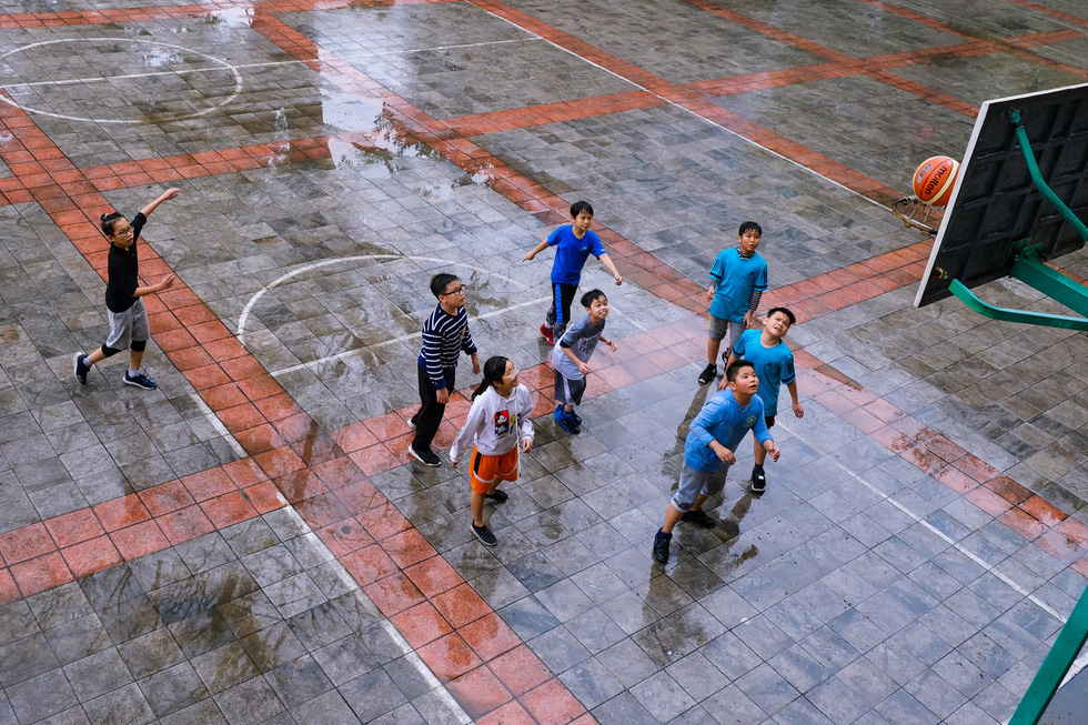 Children enjoy a basketball match inside the Cultural House for Children in Hanoi. Photo: Nguyen Thu Hang