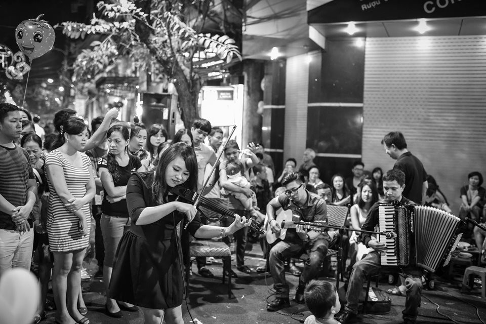 Youngsters hold musical performance along the street in Ancient Town to attract tourists in Hanoi. Photo: Nguyen Anh Vu