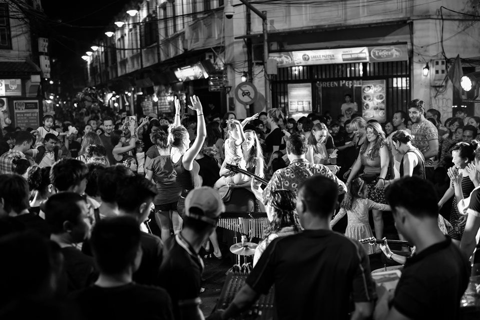 Foreign tourists join local people with amazing dance performance in Ancient Town of Hanoi. Photo: Nguyen Anh Vu