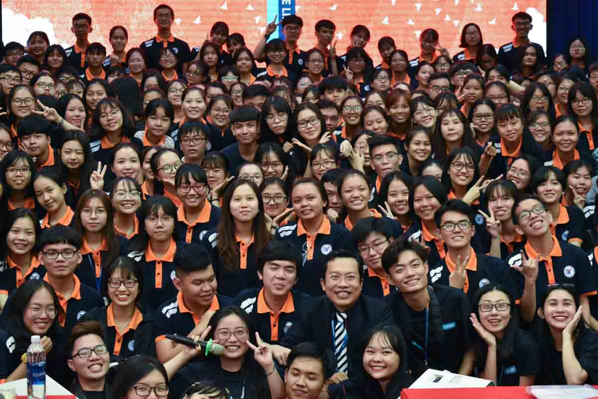 Dr. Le Hoang Dung and English Faculty students pose for a group photo at the EFAIR 2019 in Ho Chi Minh City, September 7, 2019. Photo: Tuan Son / Tuoi Tre News