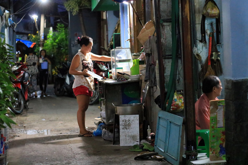 A resident runs a small diner inside an alley in District 4. Photo: Nguyet Nhi / Tuoi Tre