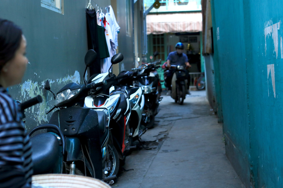 Motorbikes are parked along an alley on Xo Viet-Nghe Tinh Street in Binh Thanh District. Photo: Nguyet Nhi / Tuoi Tre
