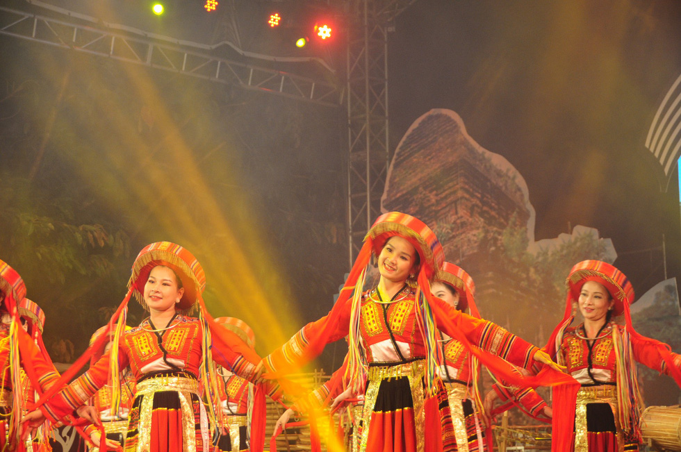 A musical performance featuring folk instruments takes place in Hoi An.