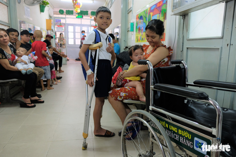 Phu Loc, a 12-year-old cancer patient, smiles in optimism at the ceremony. Photo: Canh Toan / Tuoi Tre